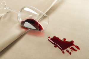 Produktfotografie - Helles Leder mit Rotwein.
